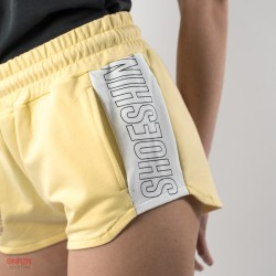dettaglio pantaloncino giallo con bande shoeshine